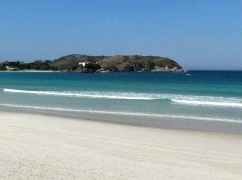 Graças à restrição, Praia do Forte passou mais um dia com pouquíssimos frequentadores nesta segunda-feira (29) | Foto: Ludmila Lopes/Portal RC24h
