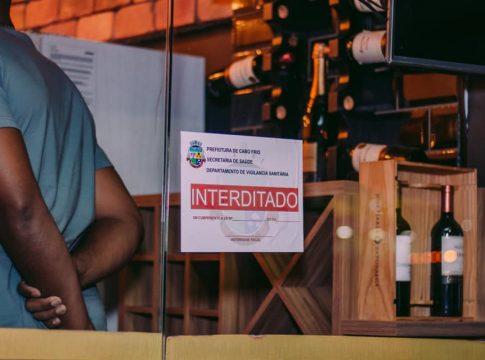 Bar notificado oito vezes foi interditado pela Prefeitura nesta sexta-feira (2) - Foto: Prefeitura de Cabo Frio/Divulgação