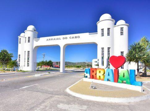 Pórtico de Arraial do Cabo; cidade mantém atuais restrições até 11 de abril | Foto: Divulgação