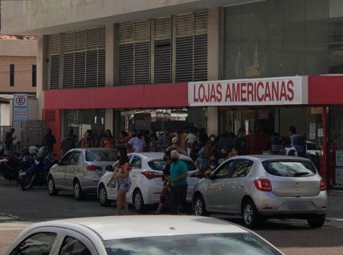 Frente das Lojas Americanas ficou lotada neste feriado de Páscoa | Foto: João Victor Silva/arquivo pessoal