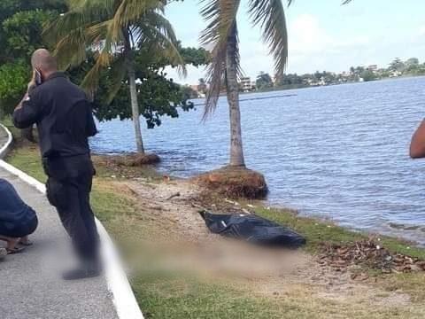 Corpo não identificado estava às margens da Lagoa de Saquarema na manhã deste domingo (4) | Foto: Saquarema da Depressão/reprodução