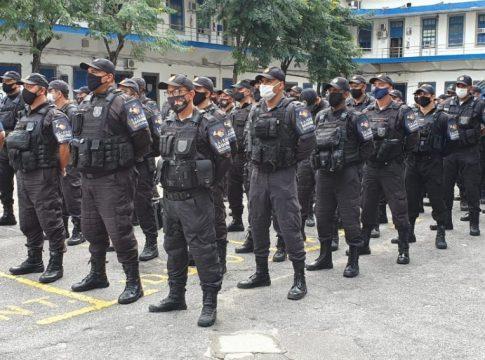 Policias durante cerimônia de lançamento do programa